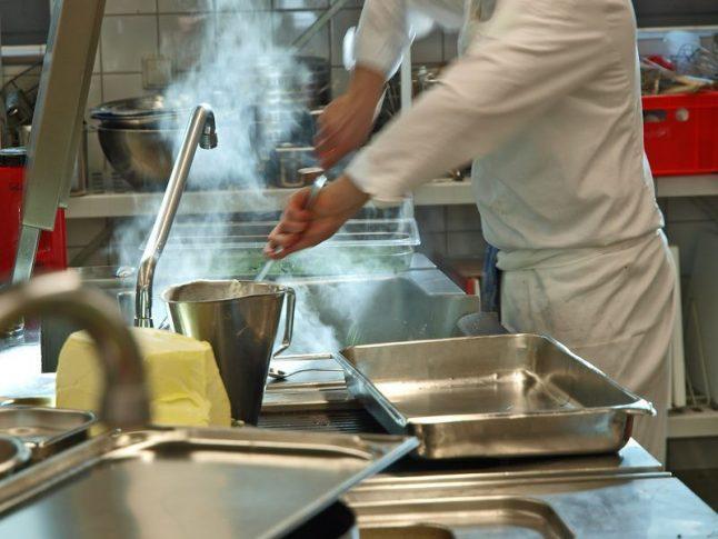profikoch bei der arbeit in der küche